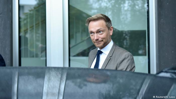 Christian Lindner gets into a car.