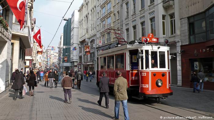 Türkei Straßenszene in Istanbul (picture-alliance/dpa/C. Hoffmann)