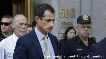Former Congressman Anthony Weiner leaves federal court following his sentencing (picture-alliance/AP Photo/M. Lennihan)