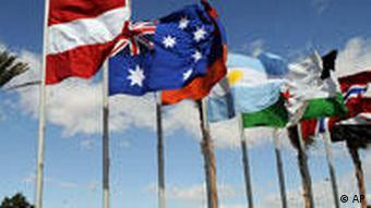 Flaggen vor Tagungsort der Gaza-Gberkonferenz (dpa)