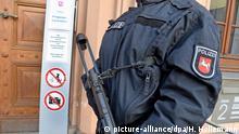 ARCHIV- Schwerbewaffnete Polizeibeamte sichern am 26.01.2017 in Celle (Niedersachsen) einen Eingang zum Oberlandesgericht (OLG). Vom 26.09.2017 an muss sich die Führungsfigur der Terrormiliz Islamischer Staat (IS) in Deutschland, AbuWalaa, vor dem Gericht verantworten. Foto: Holger Hollemann/dpa +++(c) dpa - Bildfunk+++   Verwendung weltweit