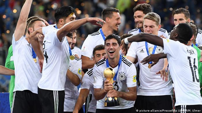 Lars Stindl hält den Pokal in den Händen und jubelt mit der DFB-Elf nach dem Sieg beim Confed Cup in Russland 2017 (Foto: picture-alliance/Pressefoto ULMER/M. Ulmer)