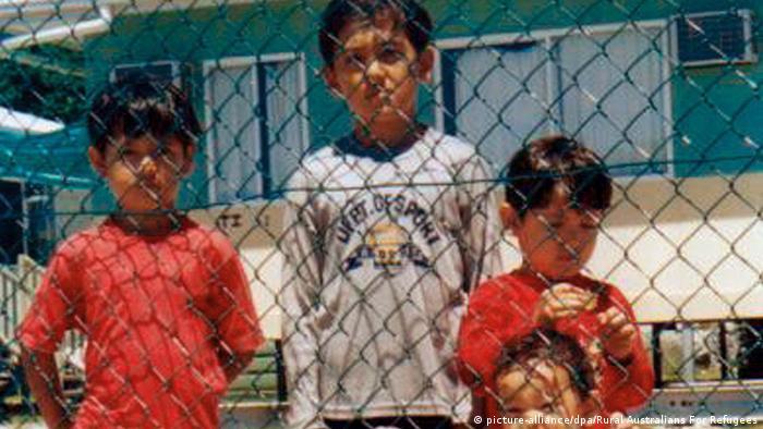 بسیاری از کودکان در مانوس و نائورو در اردوگاه پناهجویان متولد شدهاند و تنها زندگی در آنجا را میشناسند