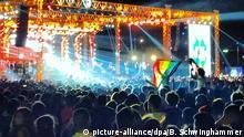 Zuhörer der libanesischen Gruppe Mashrou Leila halten beim Konzert am 22.09.2017 in Kairo (Ägypten) eine Regenbogenfahne in die Höhe. Wegen einiger Regenbogenfahnen bei einem Konzert in Kairo soll die wohl bekannteste Indie-Rockband der arabischen Welt nicht mehr in Ägypten auftreten dürfen. Das teilte der zuständige ägyptische Verband für Musiker am 25.09.2017 der Deutschen Presse-Agentur mit. (zu dpa Wegen Regenbogen: Ägypten will bekannteste Indie-Rockband verbannen vom 25.09.2017 - Bestmögliche Qualität) Foto: Benno Schwinghammer/dpa +++(c) dpa - Bildfunk+++ | Verwendung weltweit
