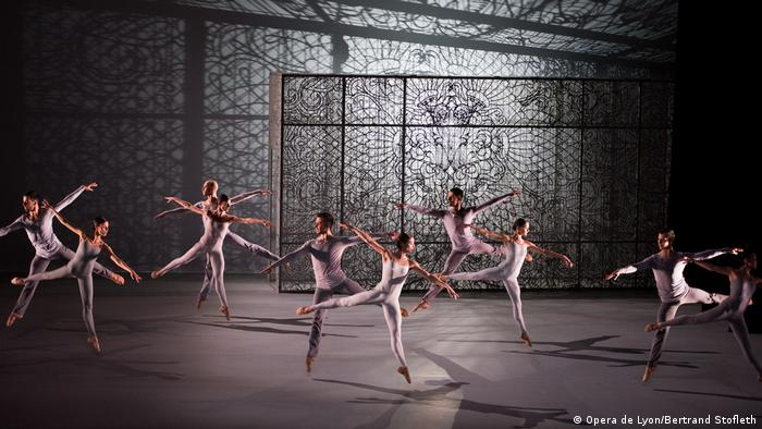 Dancers moving to choreography by Lucinda Childs (Opera de Lyon/Bertrand Stofleth)