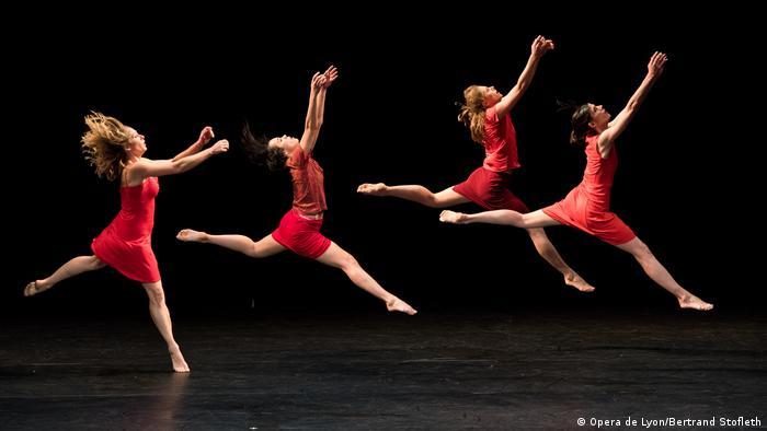 Tänzerinnen des Ballets de l'Opera de Lyon scheinen mit ihren Tanzschritten über die Bühne zu gleiten
