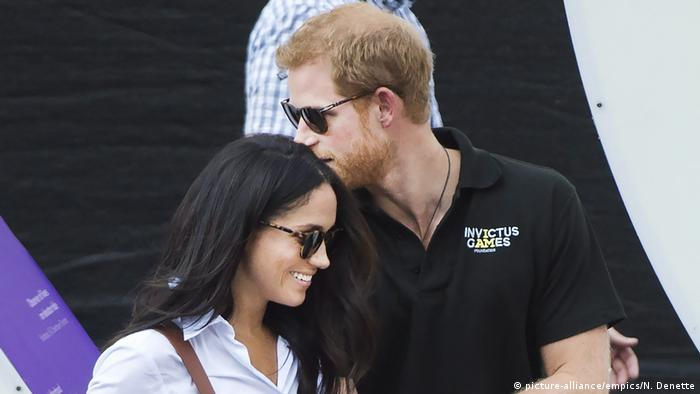Prince Harry, right, arrives with his girlfriend Meghan Markle arrive to wheelchair tennis during the Invictus Games in Toronto (picture-alliance/empics/N. Denette)