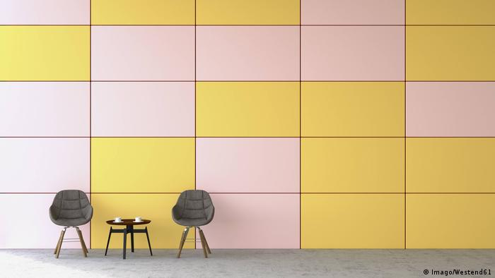 Two chairs and a table, yellow and white wall (Imago/Westend61)