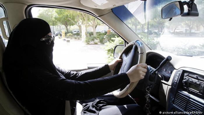 Saudi Arabien Verschleierte Frau in einem Auto in Riad
