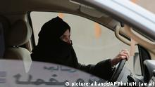 Saudi Arabien Frau in einem Auto in Road