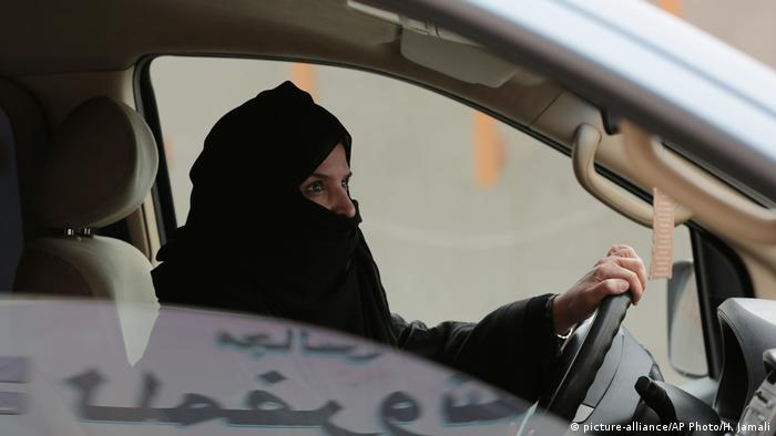 Saudi Arabia woman driving (picture-alliance/AP Photo/H. Jamali)