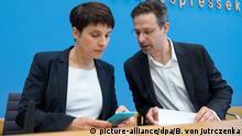15.05.2017 ARCHIV- Frauke Petry (l), Bundesvorsitzende der Partei Alternative für Deutschland (AfD) und ihr Mann, Marcus Pretzell, Spitzenkandidat der Partei in Nordrhein-Westfalen, unterhalten sich am 15.05.2017 zu Beginn einer Pressekonferenz in Berlin zu den Ergebnissen und Auswirkungen der Landtagswahl in Nordrhein-Westfalen (NRW). Foto: Bernd von Jutrczenka/dpa +++(c) dpa - Bildfunk+++