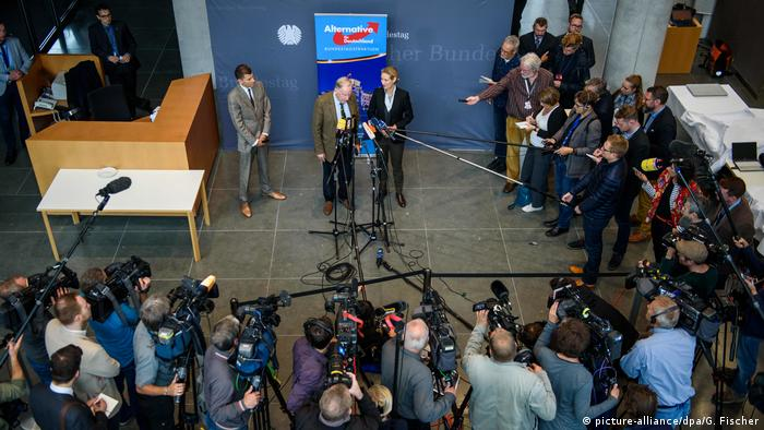 AfD parliamentary group heads Alexander Gauland and Alice Weidel speak to the press in the Bundestag (picture-alliance/dpa/G. Fischer)