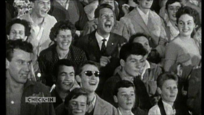Ein schwarz-weiß Bild mit lachenden Menschen
