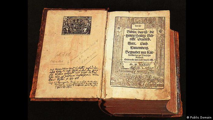 Eine aufgeschlagene Lutherbibel (Public Domain)