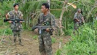 Bewaffnete philippinische Soldaten bei der Terroristenbekämpfung auf den Philippinen (Foto: AP)