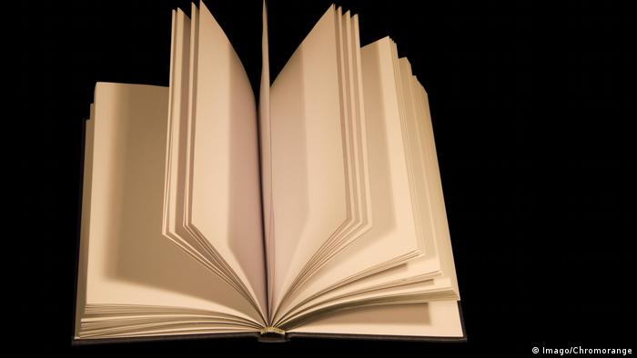 Ein Buch mit leeren Seiten (Imago/Chromorange)