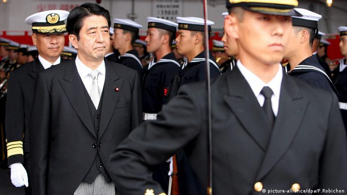 Japan, Premierminister, Shinzo Abe (picture-alliance/dpa/F.Robichon)