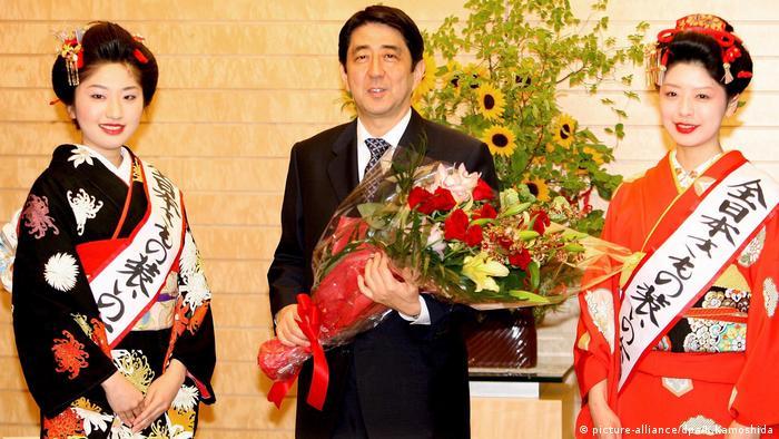 Japans Premierminister Shinzo Abe und die Kimono Königin (picture-alliance/dpa/K.Kamoshida)