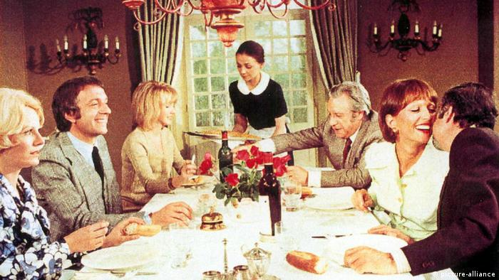 Dinner table scene from The Discreet Charm of the Bourgeoisie Film (picture-alliance)