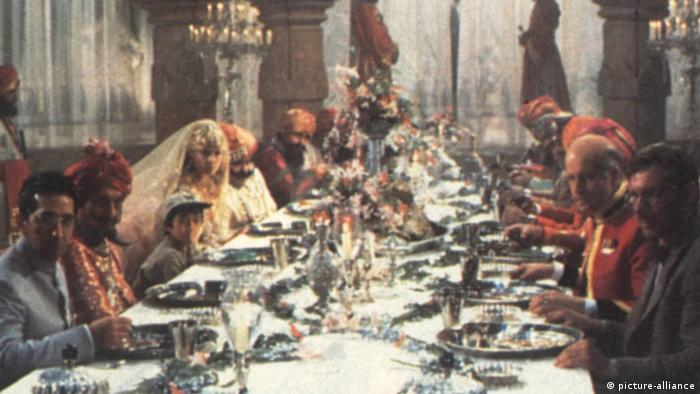 A dinner table scene in Indiana Jones and the Temple of Doom Film (picture-alliance)