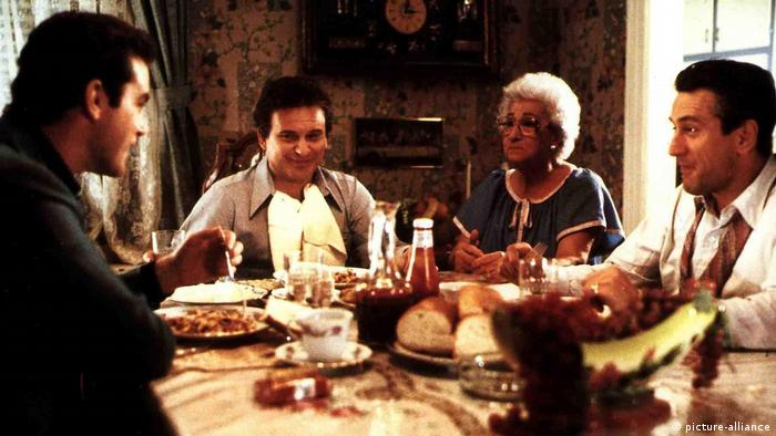 Family dinner scene from Goodfellas (picture-alliance)