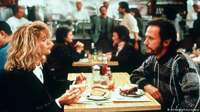 Scene from When Harry met Sally: a woman and man sit at a table eating (picture-alliance/dpa)