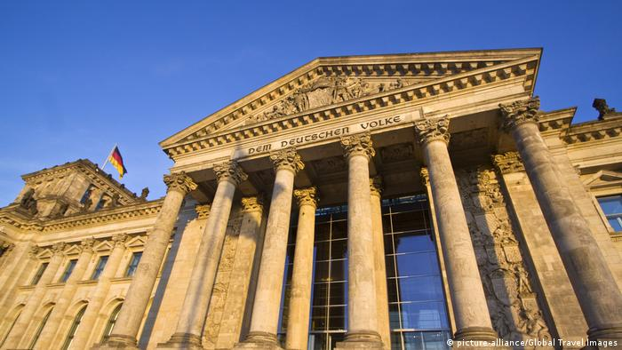 The Reichstag entrance from a low angle (picture-alliance/Global Travel Images)