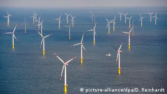 Один из морских ветропарков у североморского побережья Германии