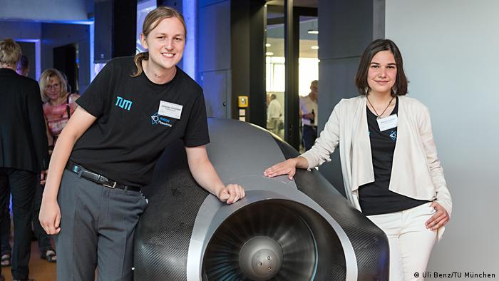 Universidad Tecnológica de Múnich: Mariana Avezum (izqda.), directora del proyecto, y Johannes Gutsmiedl, ingeniero en sistemas.