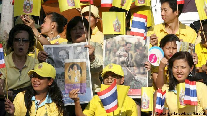 Thailand Demonstration Gelbhemden Anhänger König Bhumibol Adulyadej (picture-alliance/dpa/N. Sangnak)