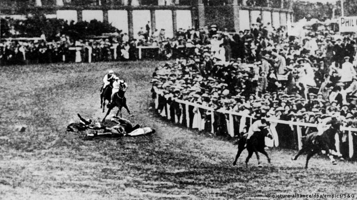 UK suffragette Emily Davison lying on the ground on the racetrack (dpa / empics)