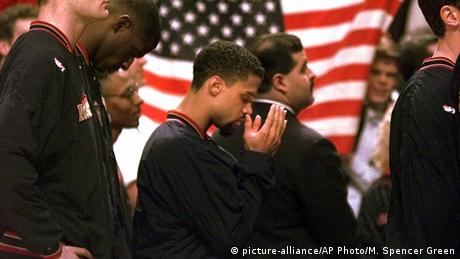 USA protest by Mahmoud Abdul-Rauf (picture-alliance/AP Photo/M. Spencer Green)