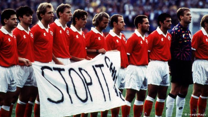 Schweizer Fußballnationalteam vor einem Spiel mit dem Plakat 'Stop It Chirac' (Imago/Magic)