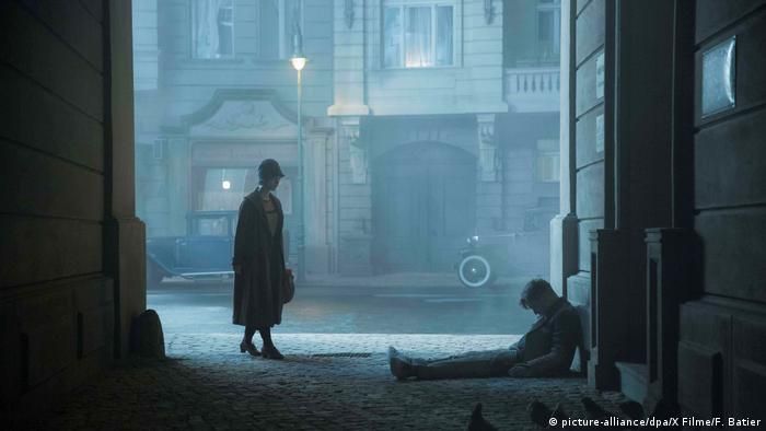 Leading actress Liv Lisa Fries and man slumped in a doorway in foggy Berlin (picture-alliance/dpa/X Filme/F. Batier)