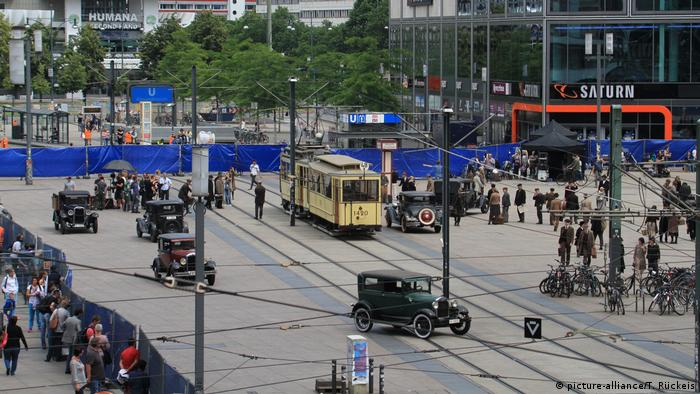 Filming Babylon Berlin on Alexanderplatz (picture-alliance/T. Rückeis)