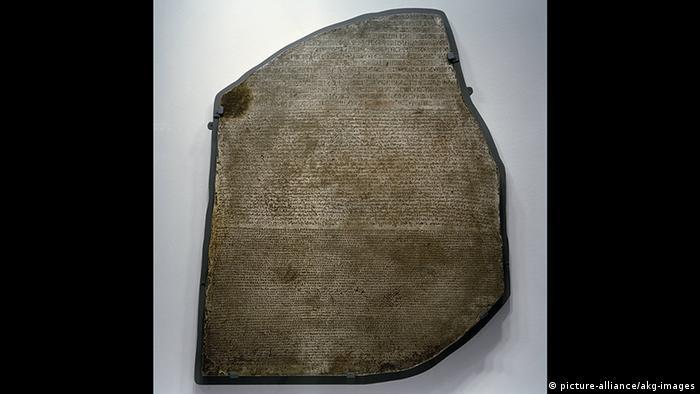 Schriftzeichen u. Hieroglyphen auf einem Stein (picture-alliance/akg-images)