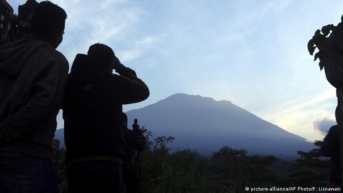 Observers facing Mount Agung in Indonesia (picture-alliance/AP Photo/F. Lisnawati)