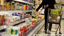 ARCHIV- ILLUSTRATION - Ein Kunde steht am 13.02.2012 in Köln (Nordrhein-Westfalen) vor einem Supermarktregal (gestellte Szene). Foto: Oliver Berg/dpa (zu dpa «Der Selbstbedienungsladen feiert seinen 100. Geburtstag» vom 02.09.2016) +++(c) dpa - Bildfunk+++ | Verwendung weltweit