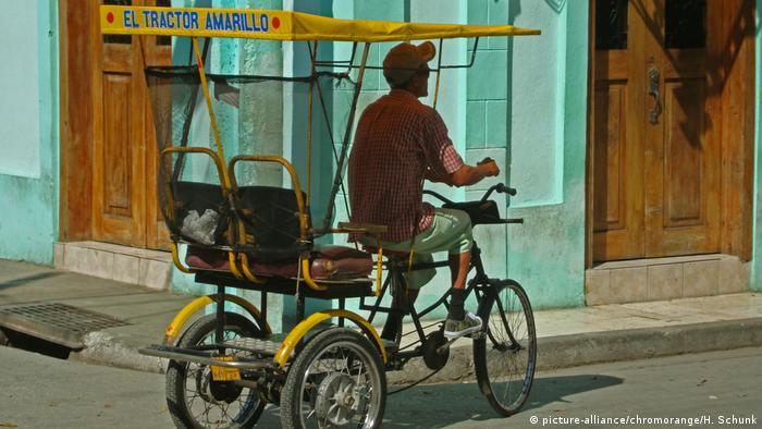 Kubanisches Fahrradtaxi (picture-alliance/chromorange/H. Schunk)