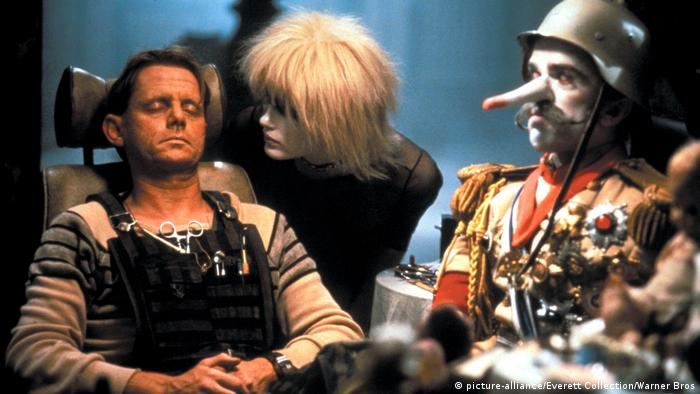 Film still from Blade runner in 1982 with a replicant and a puppet (picture-alliance/Everett Collection/Warner Bros)