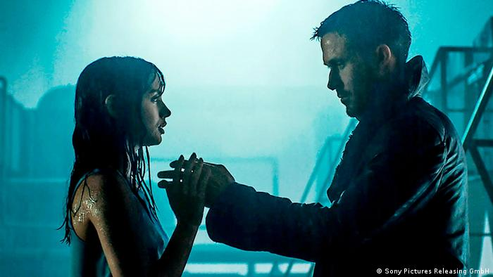Filmstill from Blade Runner 2049 with Ryan Goosling and Ana de Armas (Sony Pictures Releasing GmbH)