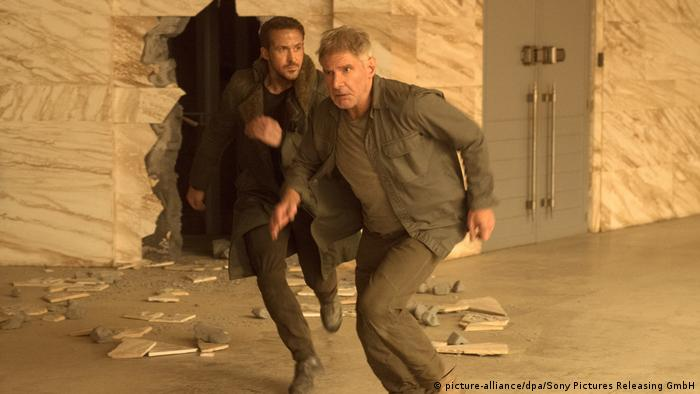 Harrison Ford and Ryan Gosling flee in a still from Blade Runner 2049 (picture-alliance/dpa/Sony Pictures Releasing GmbH)