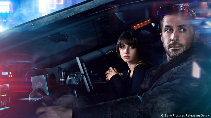 Ryan Gosling and Ana Armas in a spaceship in the movie Blade Runner 2049 (Sony Pictures Releasing GmbH)