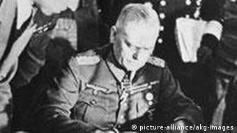 الجنرال فلدمارشال فيلهلم كايتل خلال التوقيع على وثيقة استسلام الجيش الألماني