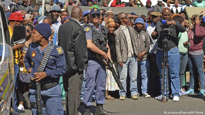 Crowds gathered in front of Estcourt's courthouse (photo: picture-alliance/AP Photo)