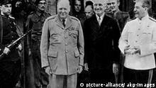 Churchill,Truman,Stalin vor Cecilienhof Die Potsdamer Konferenz vom 17.7. bis 2.8.1945. - Churchill, Truman und Stalin vor dem Schloss Cecilienhof (= Konferenzgebaeude) in Potsdam.- Foto, Ende Juli 1945.