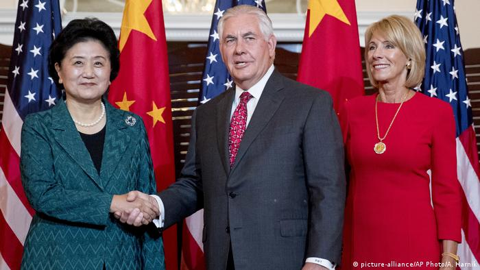 Rex Tillerson Betsy DeVos und Liu Yandong (picture-alliance/AP Photo/A. Harnik)