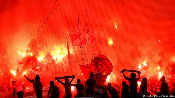 Tudo vermelho: torcedores do Colônia em partida da Liga Europa em 2017