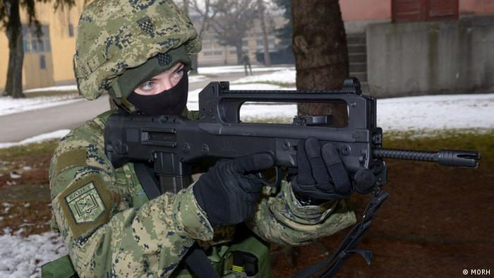 Kroatien - Soldat mit einem Gewähr der kroatischen Firma HS Produkt